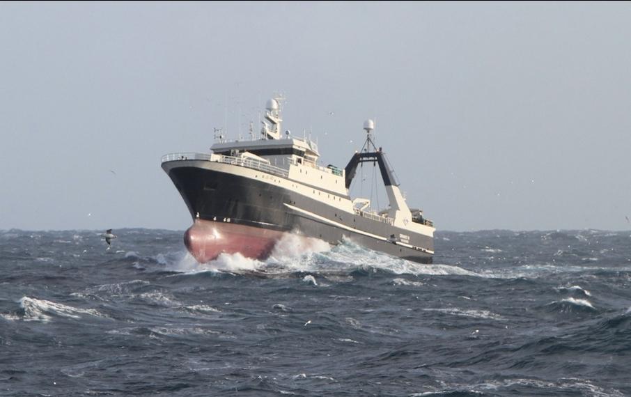 скриншотах ниже фото судов торгового флота в шторм каталог