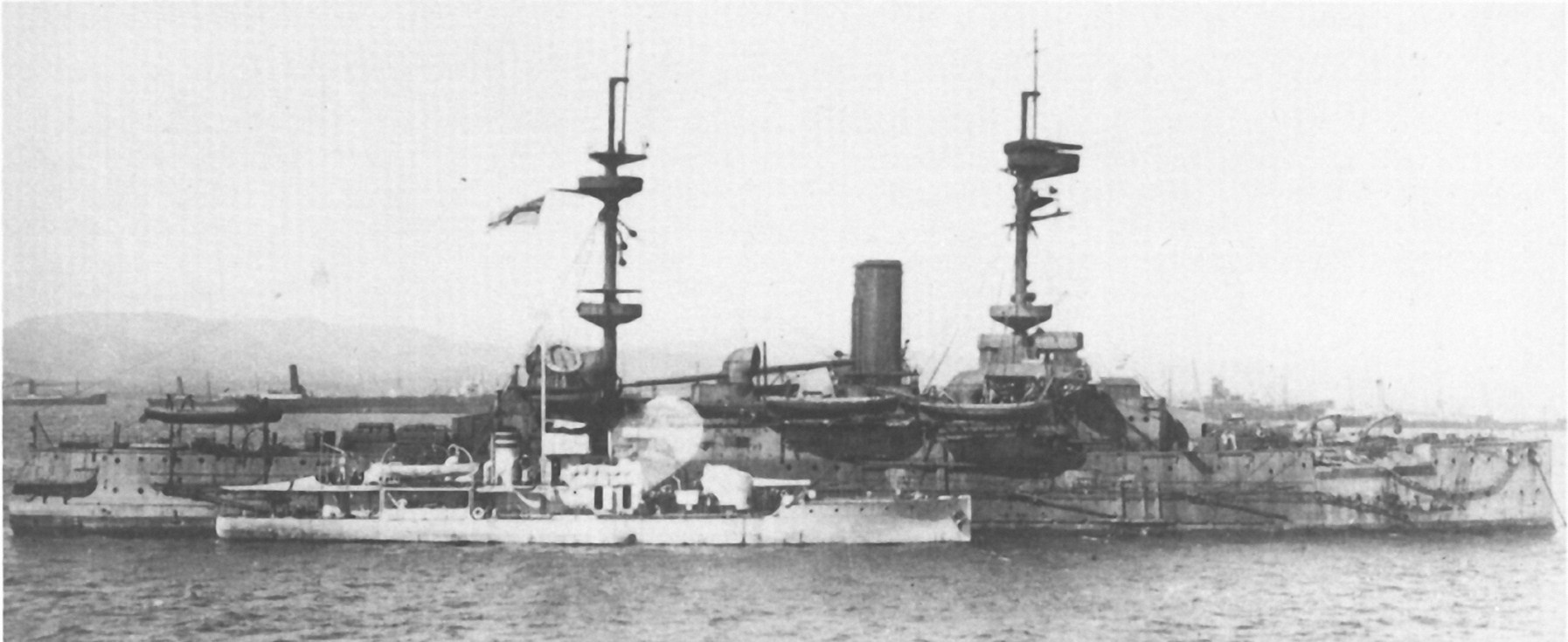 HMS Magnificent with M28 alongside aug 1915.jpg